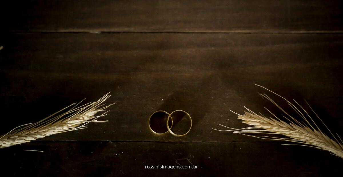 fotografia das alianças do casamento de arlete e rodrigo muita alegria e emoção