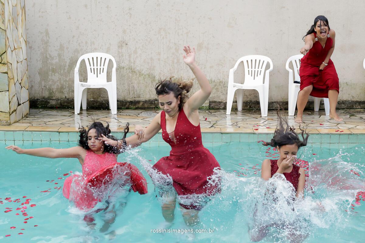 madrinhas pulando na piscina no dia do casamento
