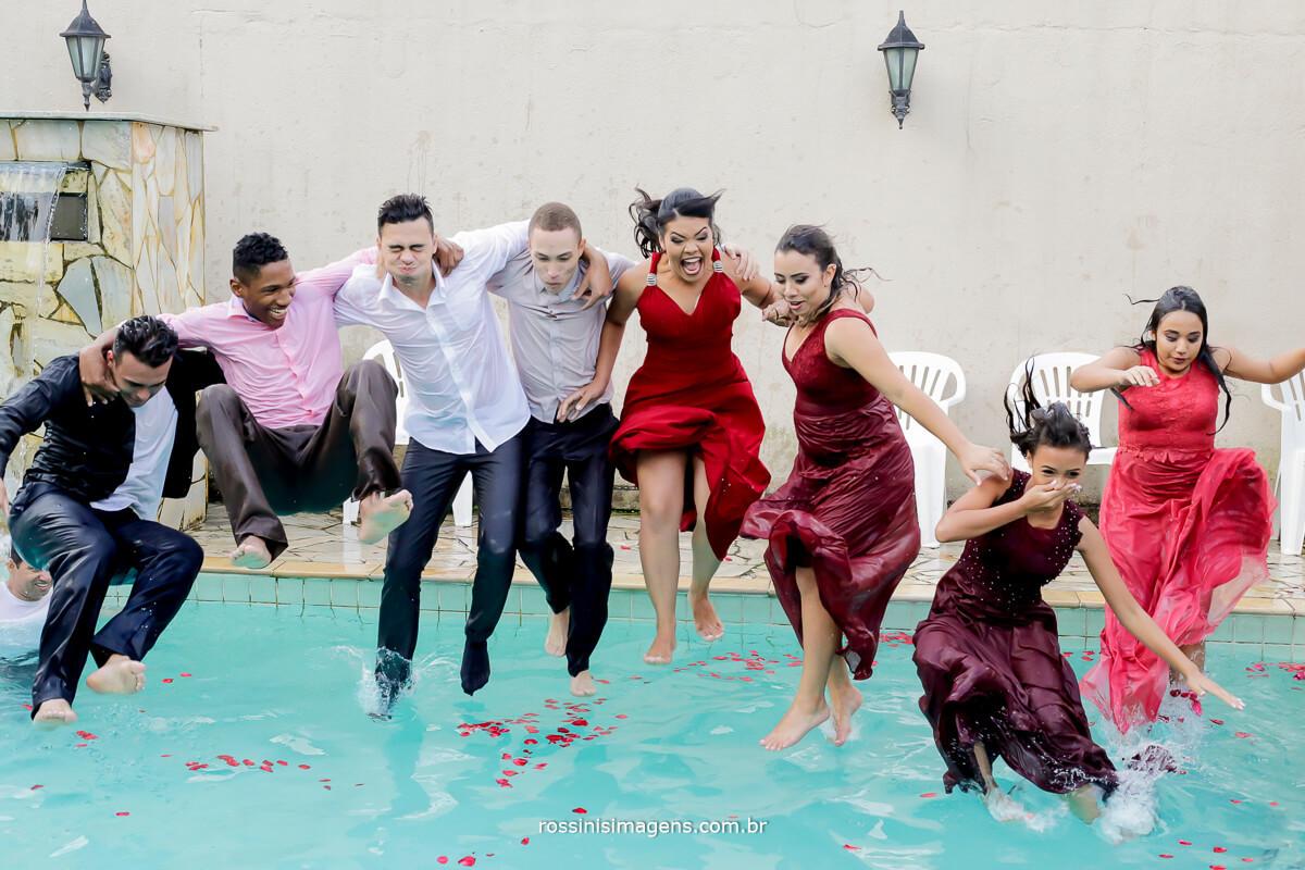 galera pulando na piscina no casamento da arlete e rodrigo, rodrigo e arlete