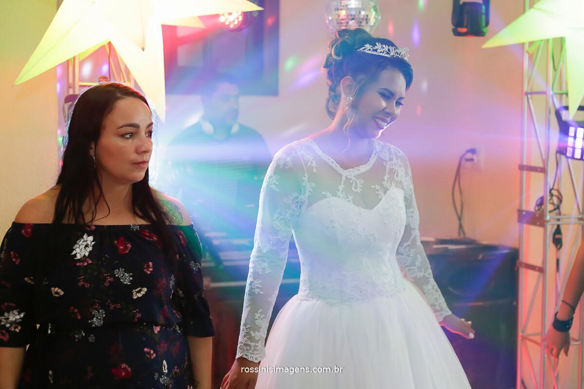 fotografia meiga da noiva na balada do casamento
