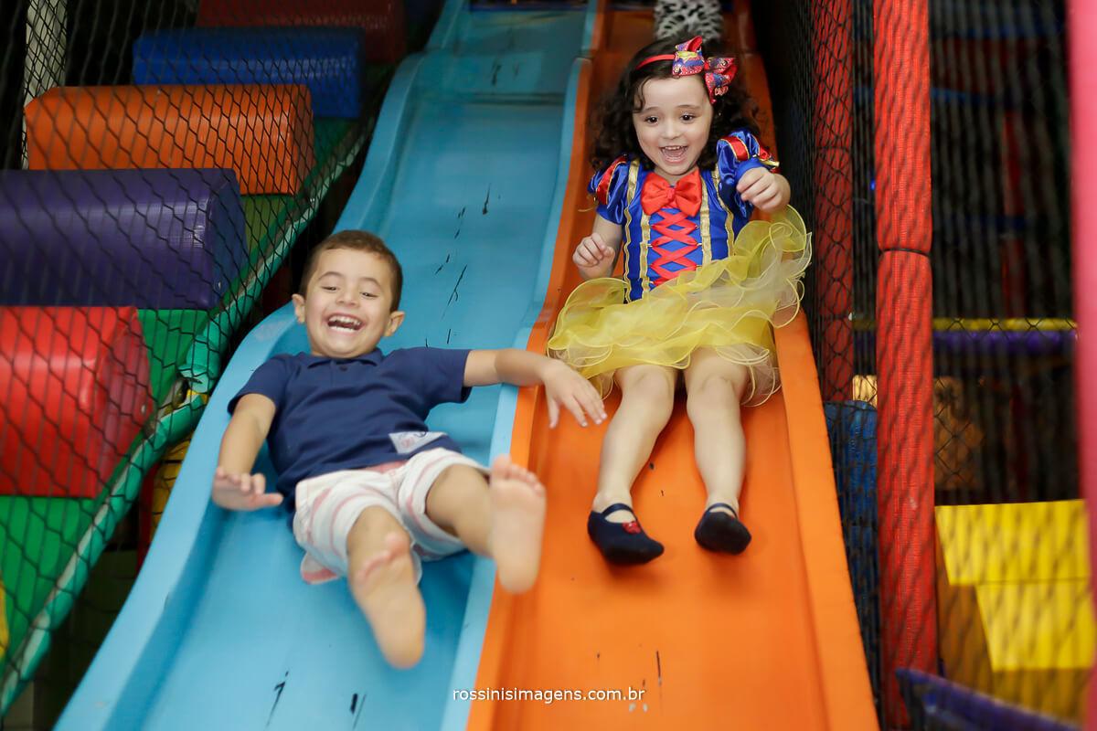 crianças brincando na festa de aniversario, descendo o escorregador, rossinis imagens