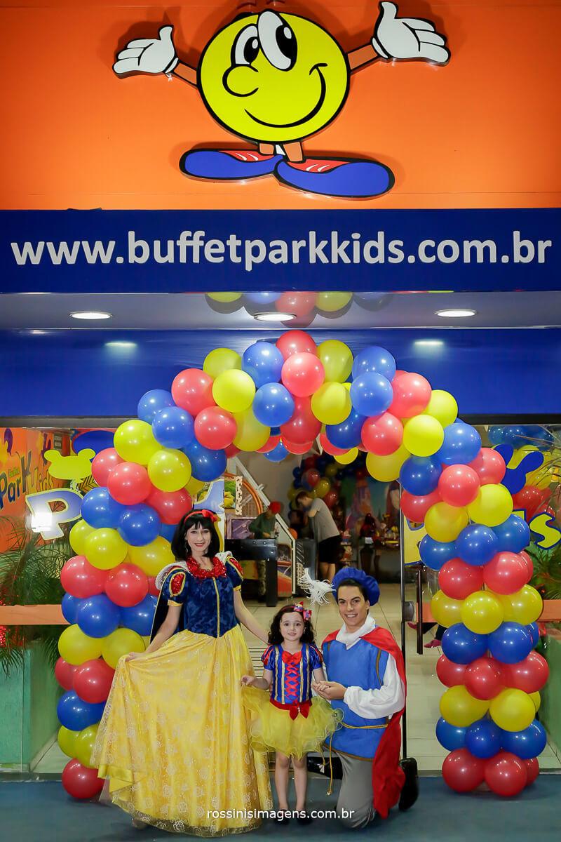 fotografia e filmagem da fachado do buffet parque kids em suzano sp , com a aniversariante e os personagens tema da festa príncipe e a branca de neve
