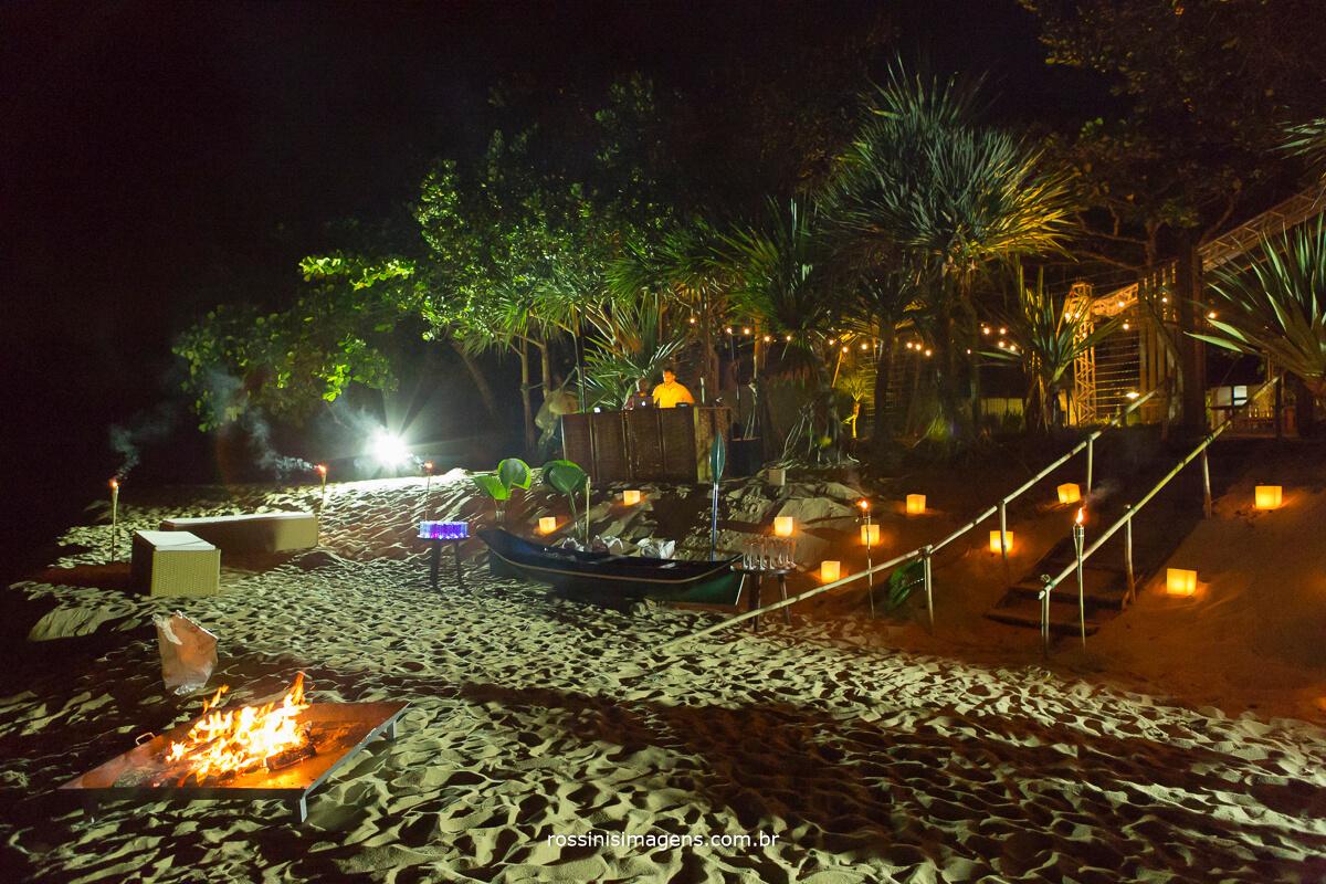 luau na praia para recepcionar os convidados do casamento no dia seguinte, fogueira, casa 28 eventos, Gisa Araujo, Fotografia e Filme Rossinis Imagens