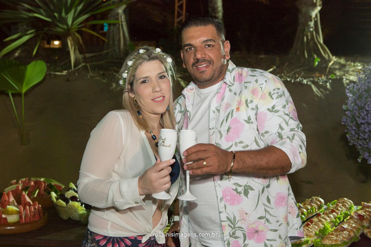 brinde do casal roseli e eduardo, casando na praia, luau para convidados, bodas de madeira