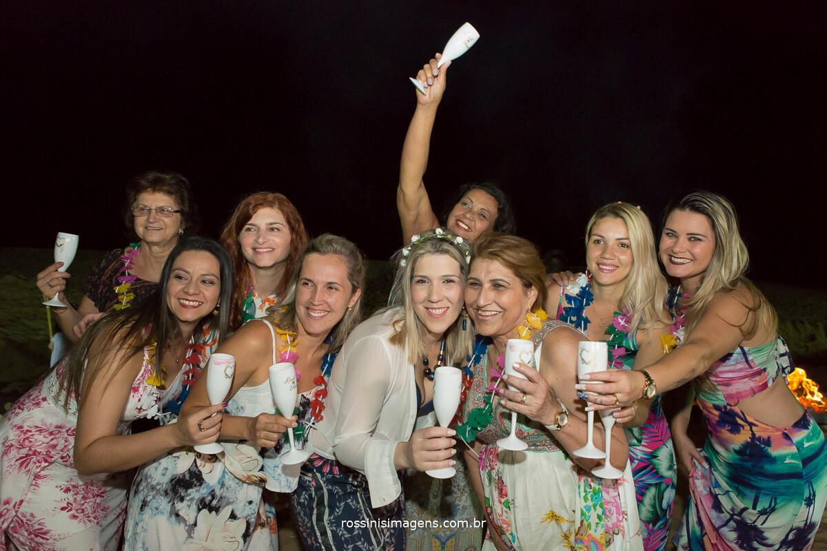 as madrinhas e amigas da noiva Roseli, Família, Brindando com muita alegria essa união e essa linda festa de renovação, luau na praia antes do casamento, para renovação dos votos
