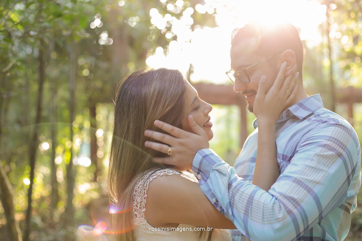 lindo ensaio de casal em guararema sp, luz do sol, flar, casal apaixonado, parque,