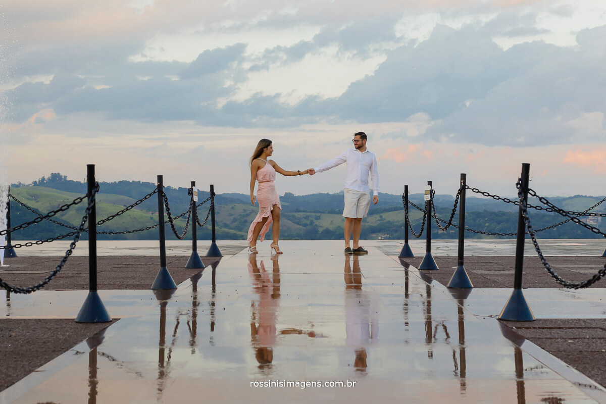 ensaio fotográfico casal nas alturas, mirante de Guararema em são paulo, por rossinis imagens noiva, noivo, chafariz, ponto mais alto da cidade