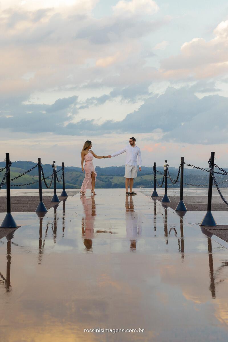 casal dançando nas alturas no mirante em guararema em um lindo dia de sol e um maravilhoso por do sol