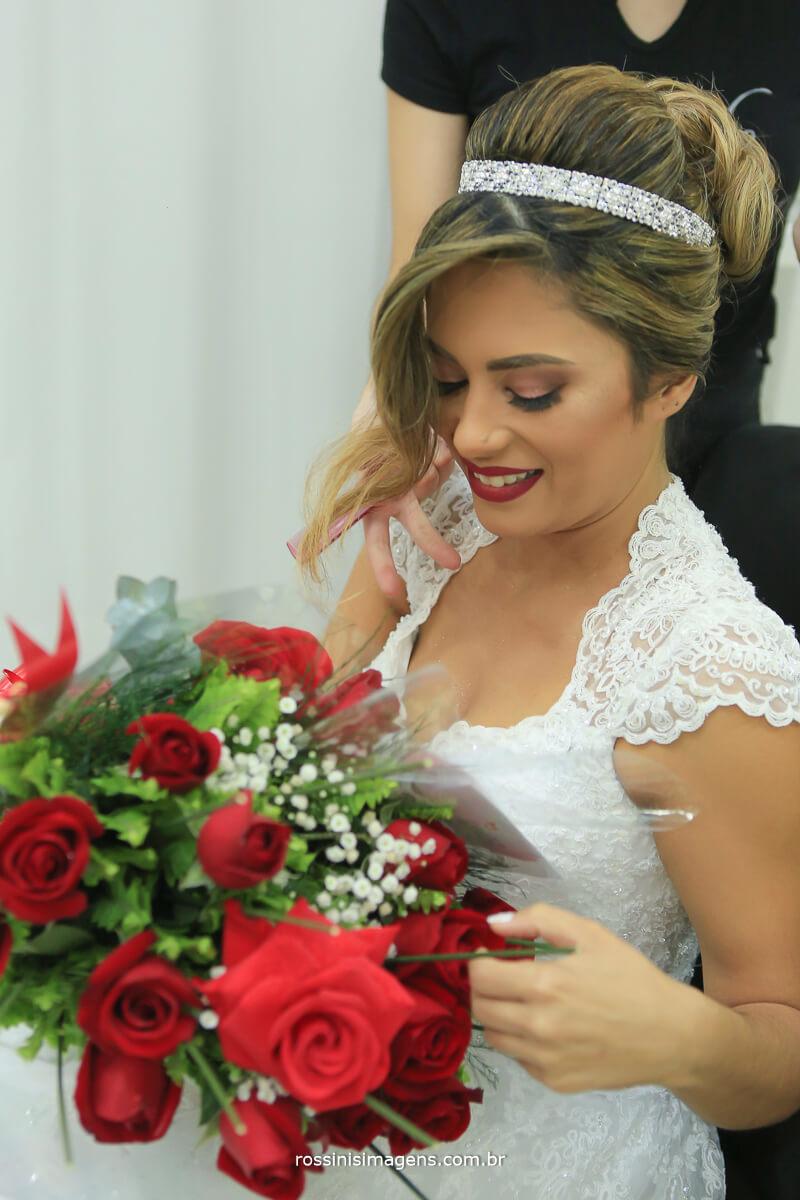 noiva lendo cartinha do noivo no making of, buque de flores, celina flores tradição em suzano