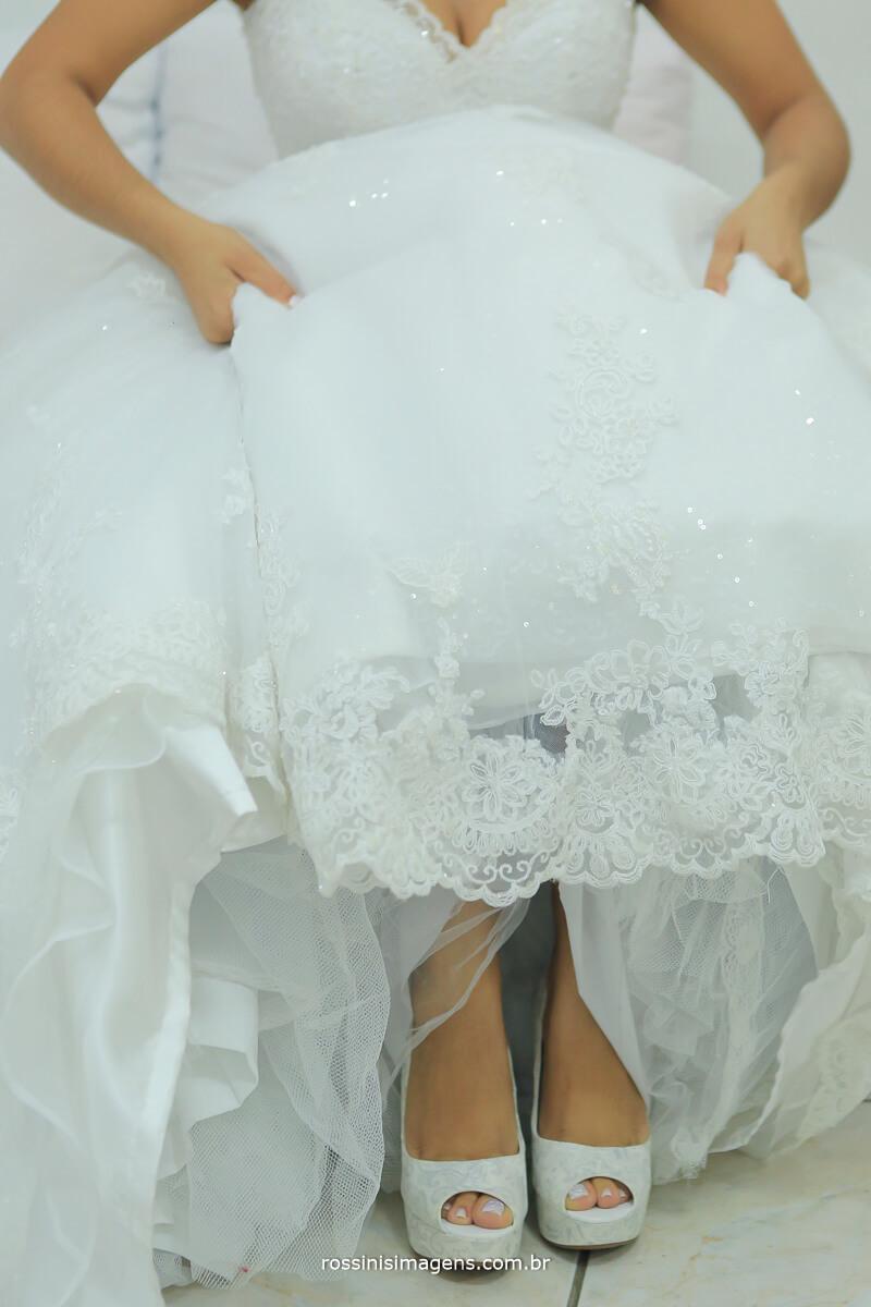 noiva mostrando o vestido e o seu lindo sapato, sapato para noiva, vestido para noiva