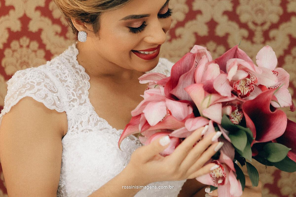 noiva encantada com tanto capricho e carinho com o buquê do casamento, alecrin decorações Gisele Grenza e rossinis imagens