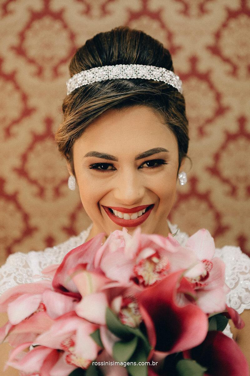 Fotografia de casamento noiva feliz mostrando o buquê incrível feito pela Fernanda da alecrim decorações