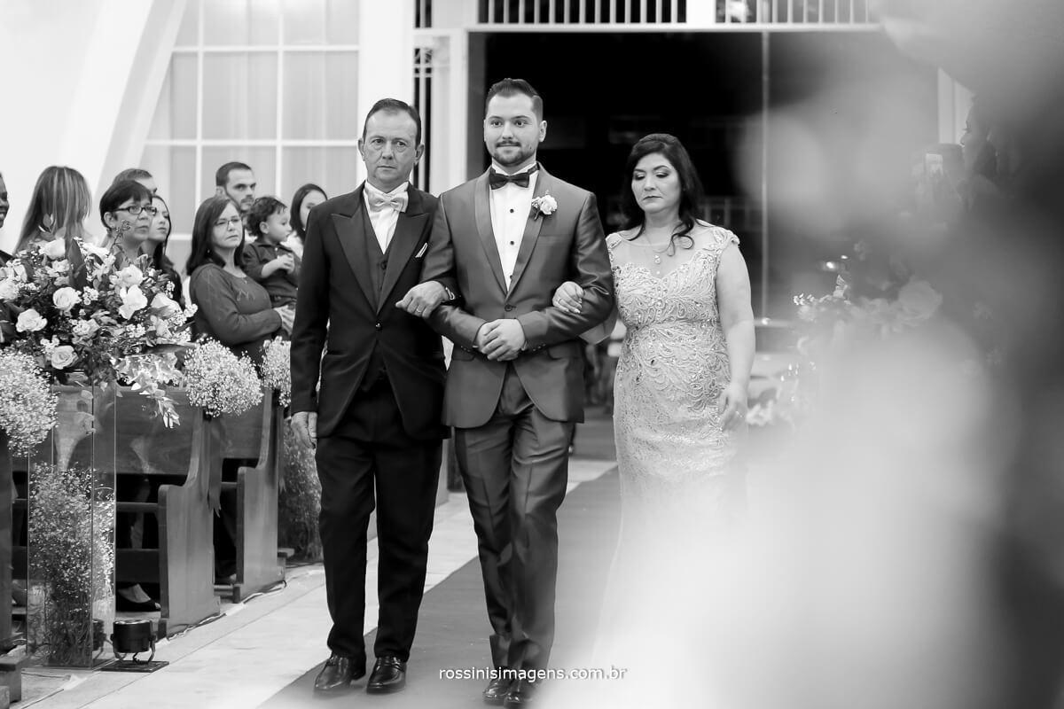 entrada do noivo com os pais na igreja em Suzano, casamento em mogi das cruzes