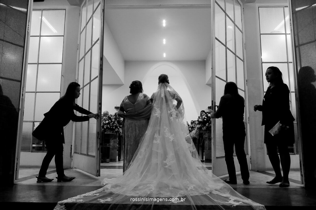 assessoria de casamento arrumando a noiva para a entrada na igreja debora fernandes