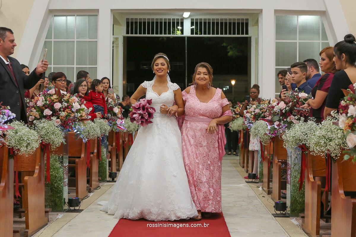 a grandiosa entrada da noiva junto com sua mãe na igreja em suzano
