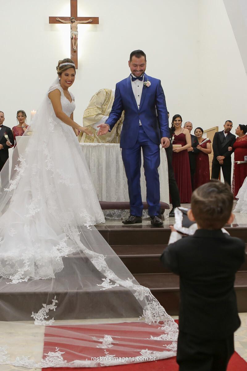 filho entregando as alianças para o pai no altar