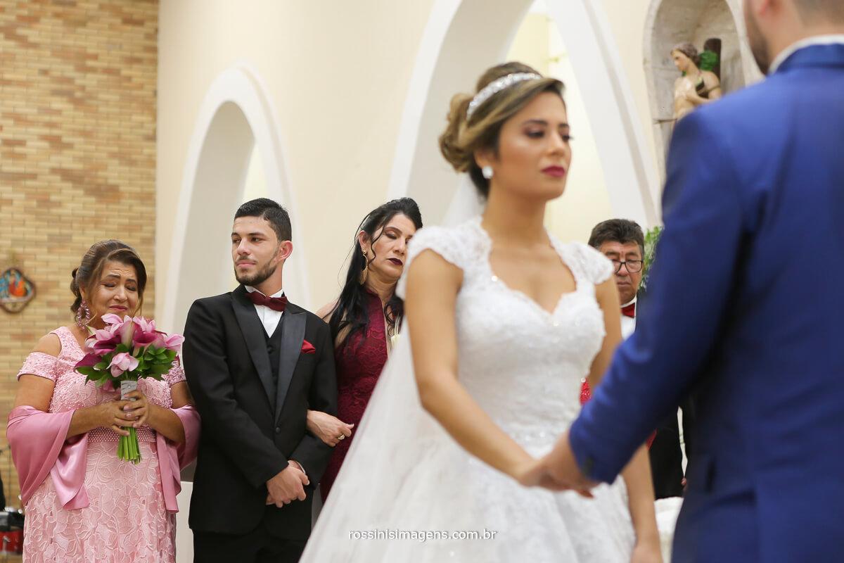 noiva orando junto ao noivo no altar na igreja