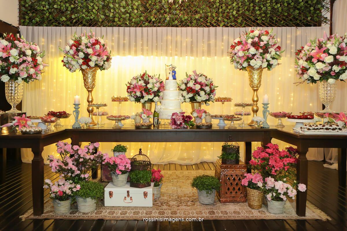 mesa do bolo decorada por alecrim decorações, linda decor
