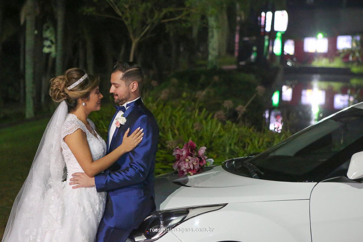 noivo e noivo na sessão de fotos apos a cerimonia