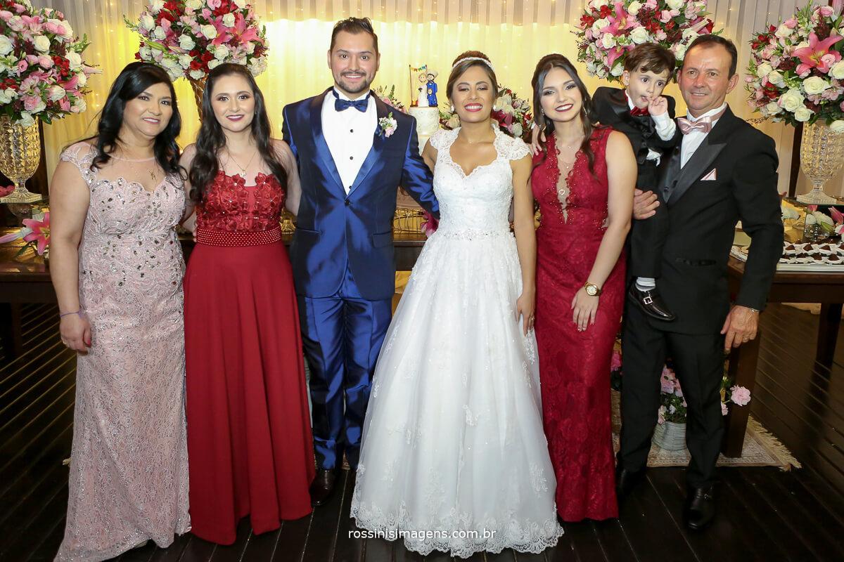 fotografia de familia noivos na mesa do bolo