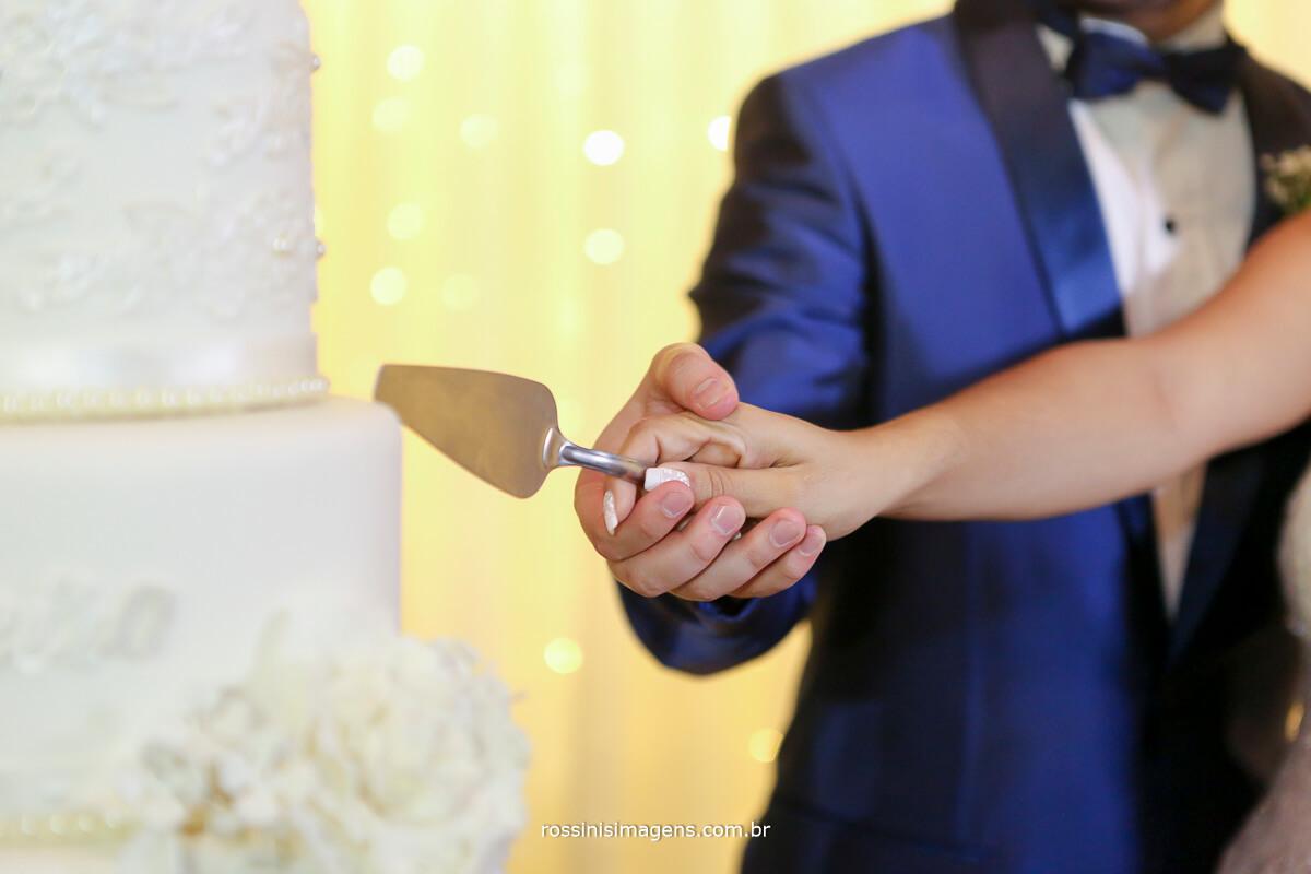 corte do bolo no casamento muitos detalhes que fazem a diferença