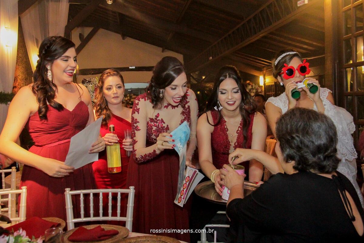 madrinhas passando o sapatinho da noiva na festa, casamento na casa da arvore