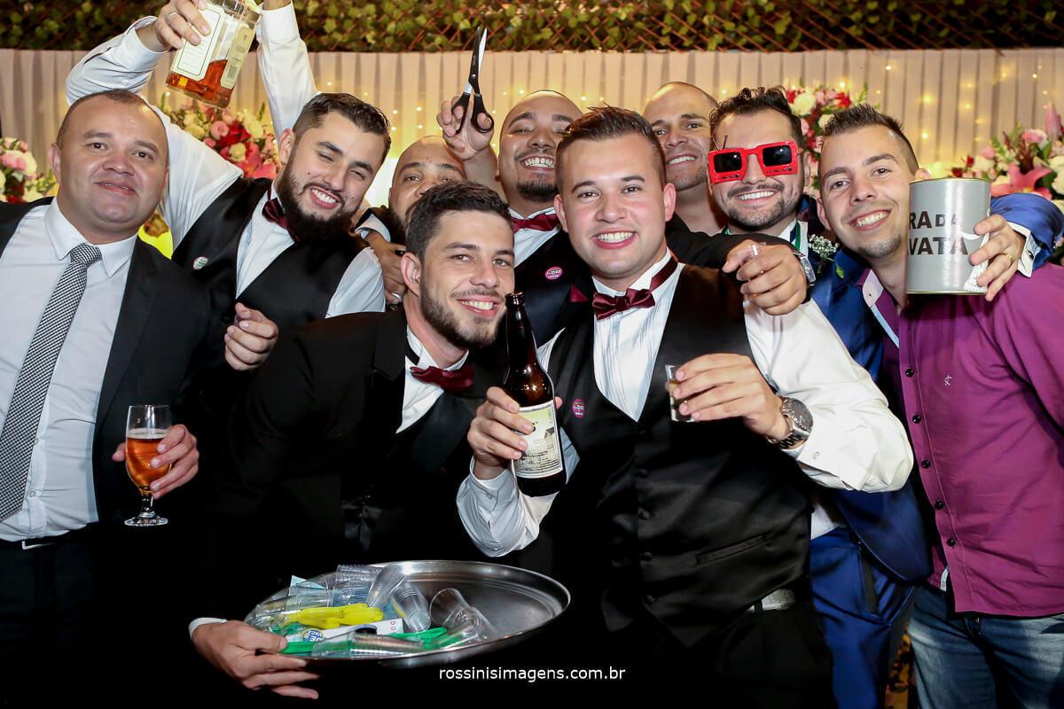 sessão de fotos na hora da gravata do noivo
