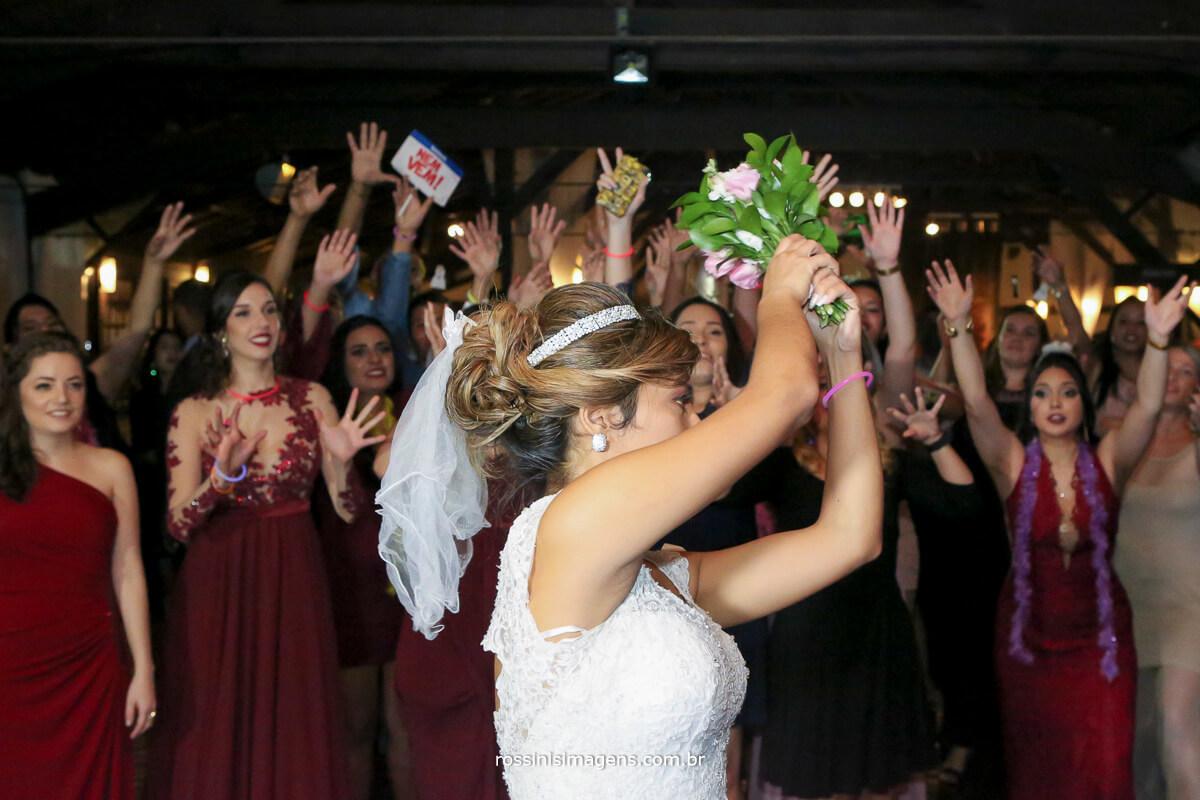 noiva jogando o buquê, buquê da noiva