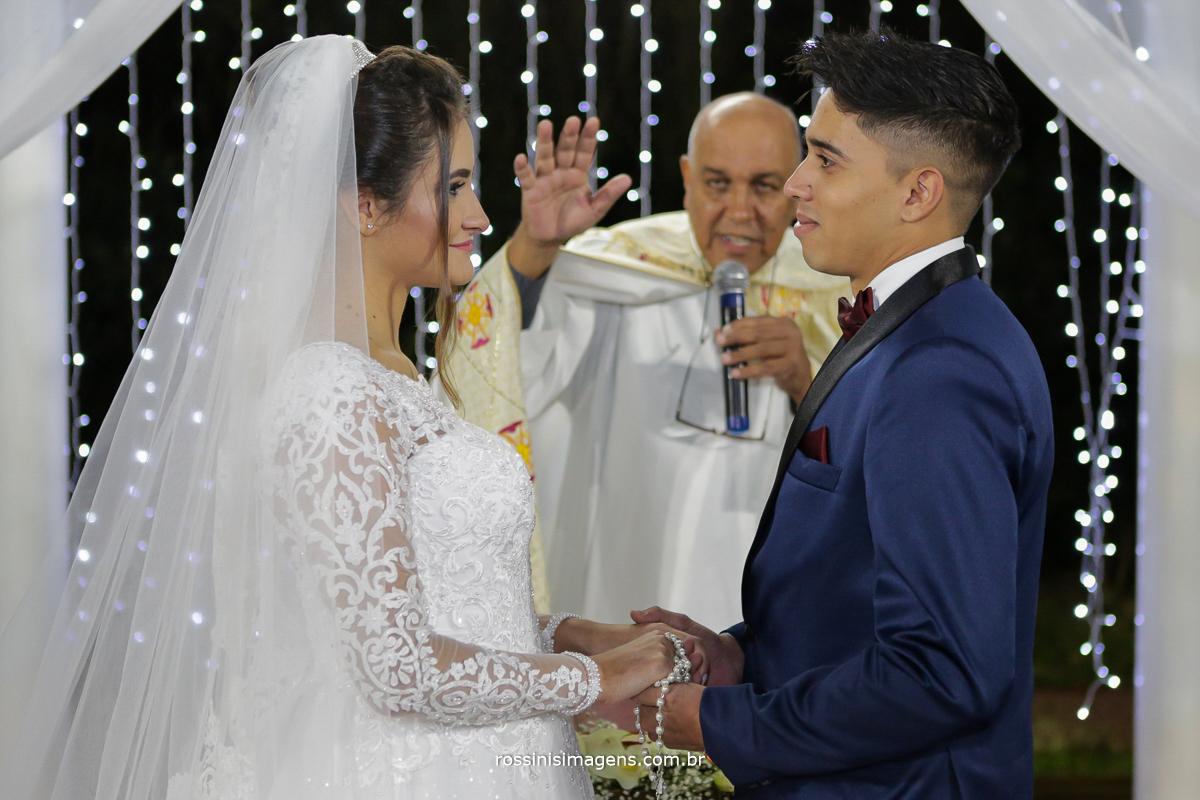 benção do padre, aos noivos vitoria e murilo, casamento em poá