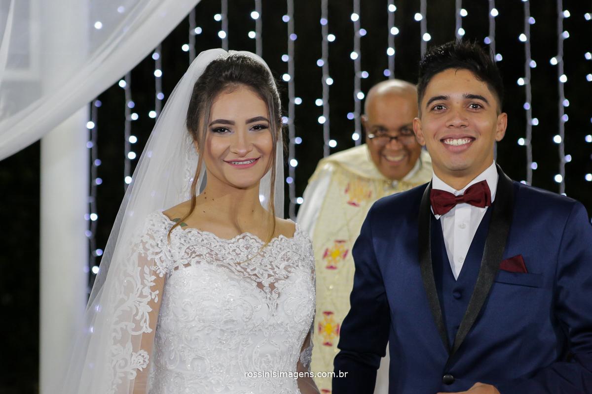 entrada das alianças noivos felizes, casamento lindo em poá