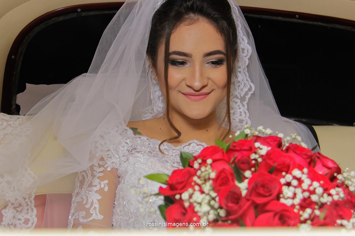noiva no carro, esperando o momento da entrada, rossinis imagens, mak clássicos, aluguel de veículos para casamento