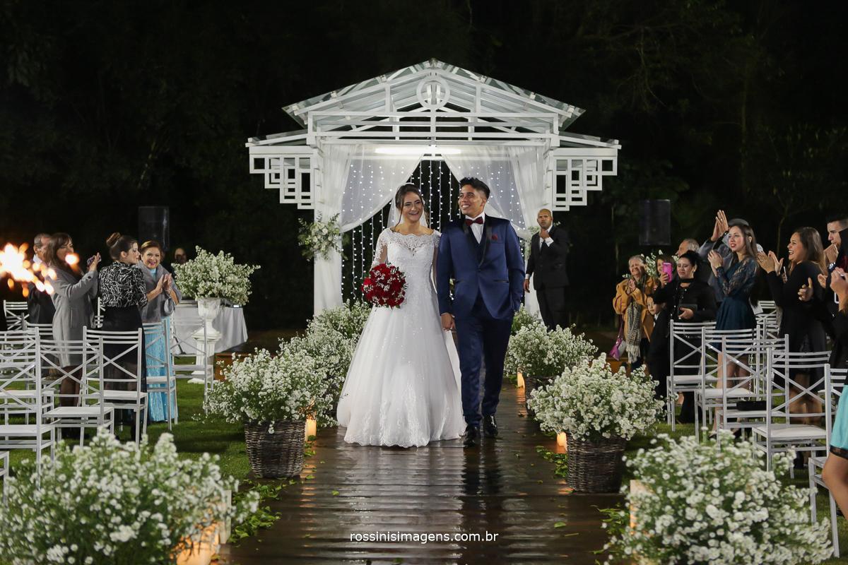 saída dos noivos da cerimonia, caminho do altar de madeira, deck