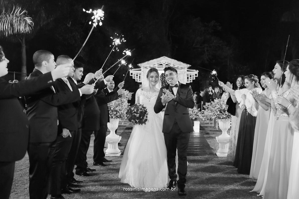 saída dos noivos com sparks, sparkles,