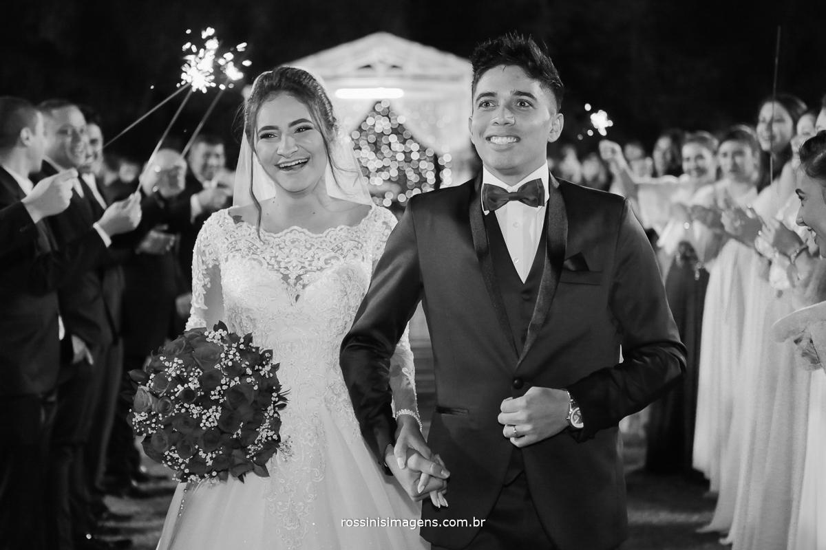 fotografia pb da saída dos noivos, felizes e animados, foto rossinis imagens
