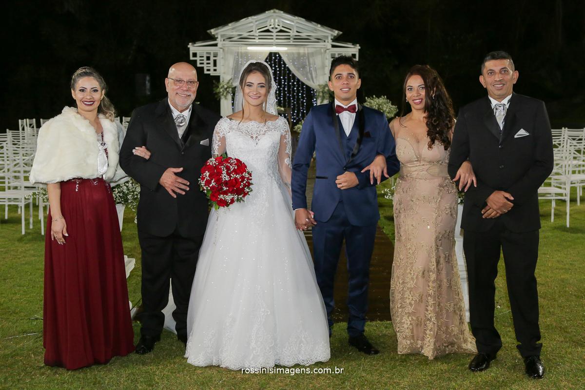 fotografia de família mãe e pai da noiva e mãe e pai do noivo juntos com os noivos recem casados, casamento na chácara torres em poá -sp rossinis imagens