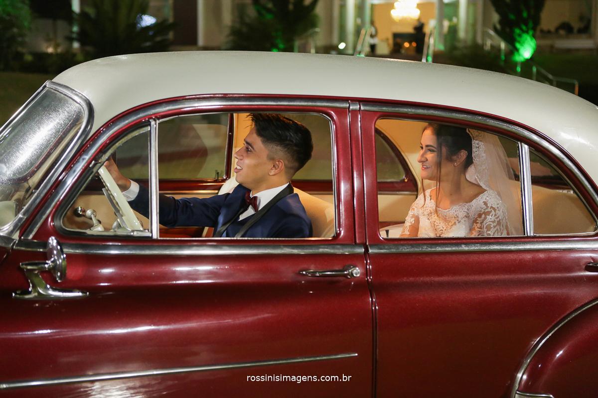 noivo dirigindo e noiva no banco de traz do carro, wedding na chácara torres
