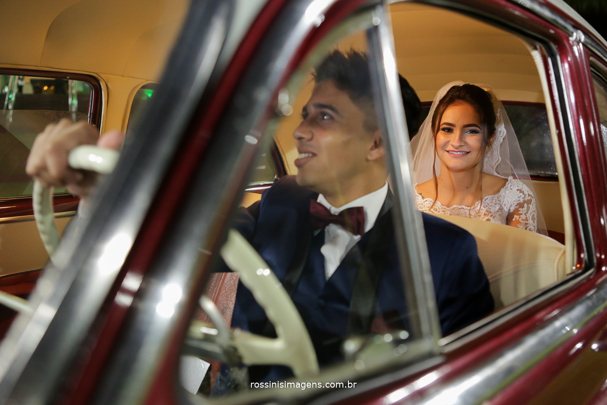 si assessoria de casamento, noivos vitoria e murilo, noivo levando a noiva para passear de carro classico