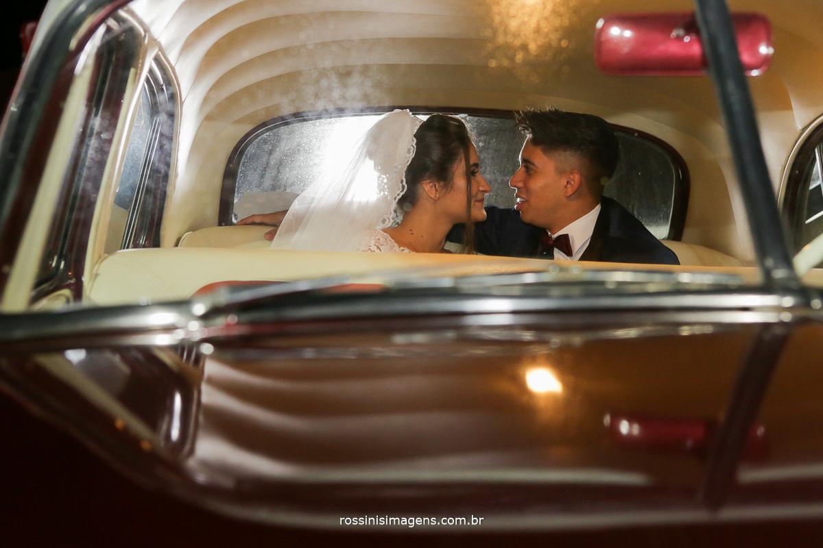 noivos apaixonados olhando um ao outro dentro do carro, rossinis imagens fotografia para uma vida