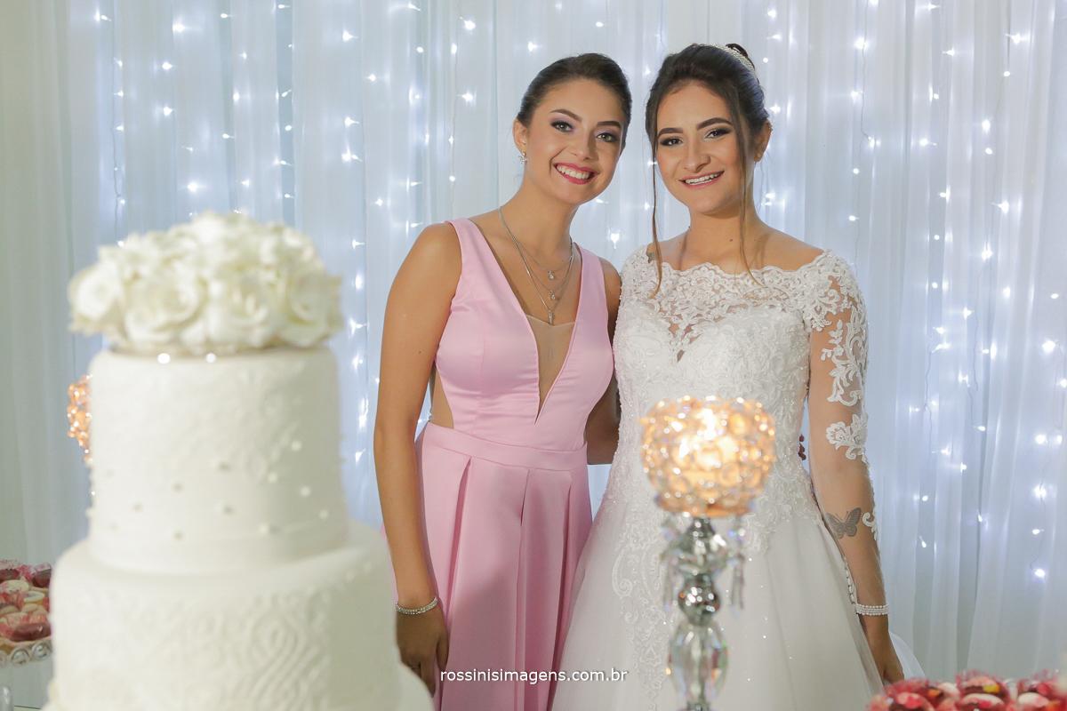 tia e a noiva na mesa do bolo, muito felizes com o casamento, quase a mesma idade, quase irmas