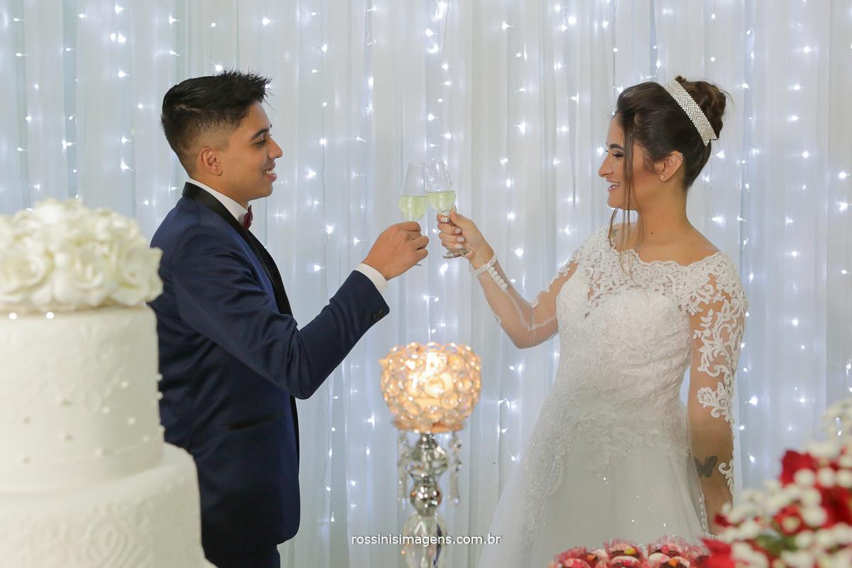 brinde dos noivos na mesa do bolo, taça de espumante, decoração da neide decorações
