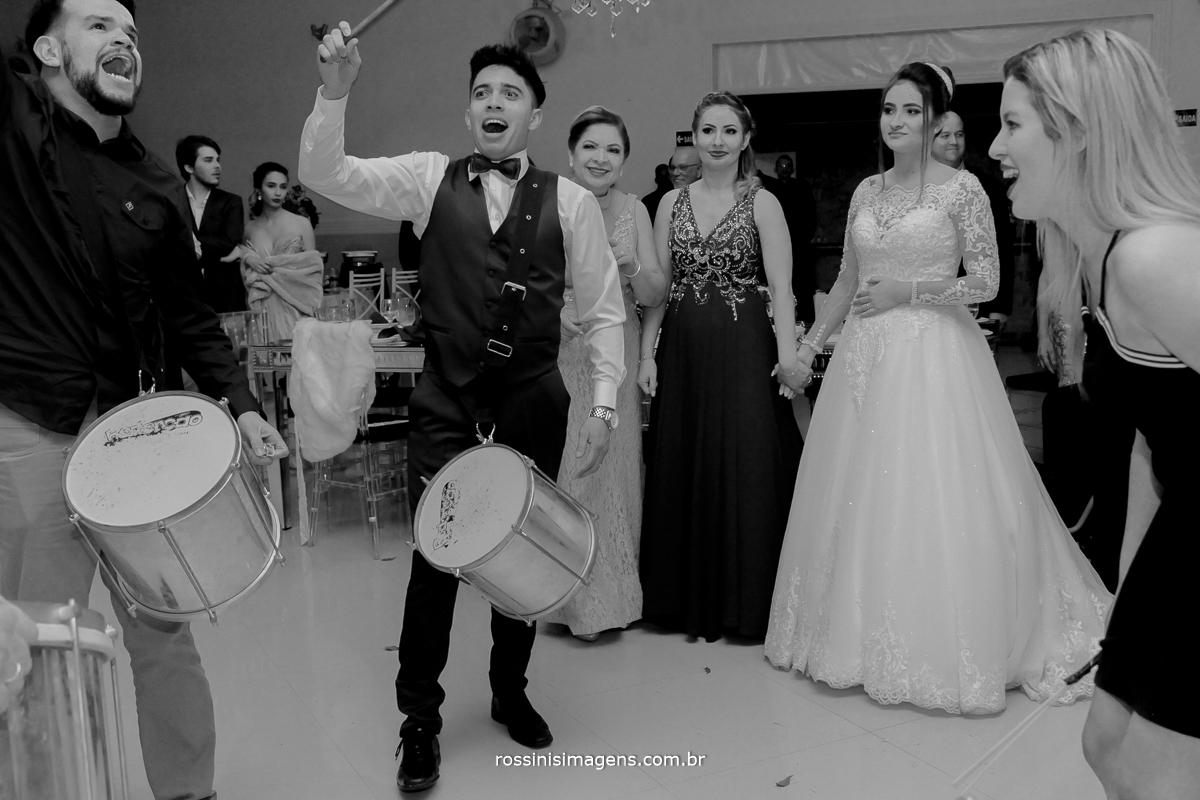 noivo e a escola de samba da faculdade de mogi das cruzes no casamento da vitoria e murilo na chácara torres em poá