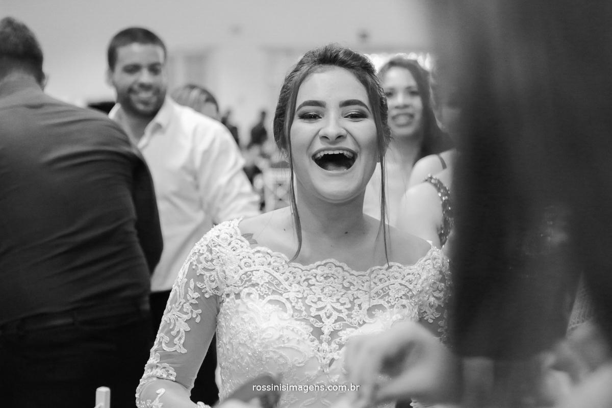 noiva feliz e muito alegre, noiva de boca aberta de tanta felicidade, sapato da noiva, sapatinho