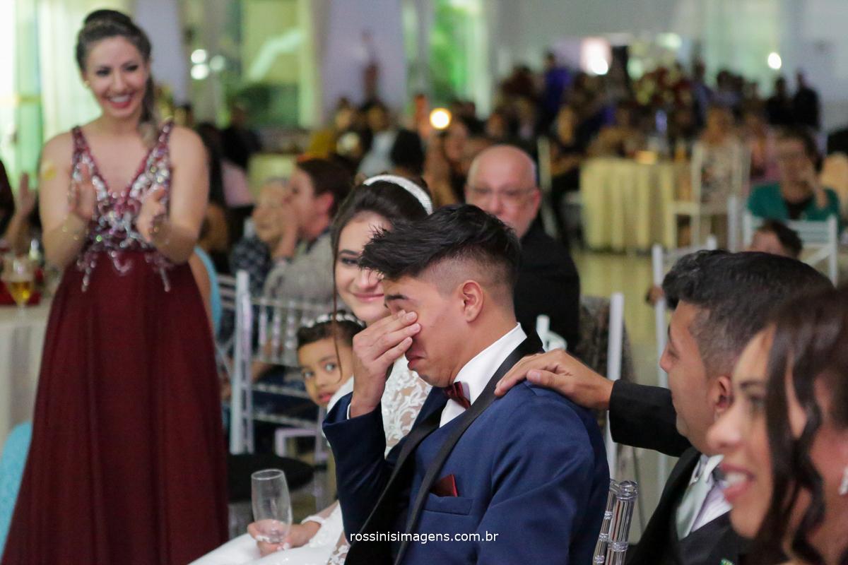 retrospectiva por rossinis imagens, noivo emocionado com a surpresa, com a espera do seu filho