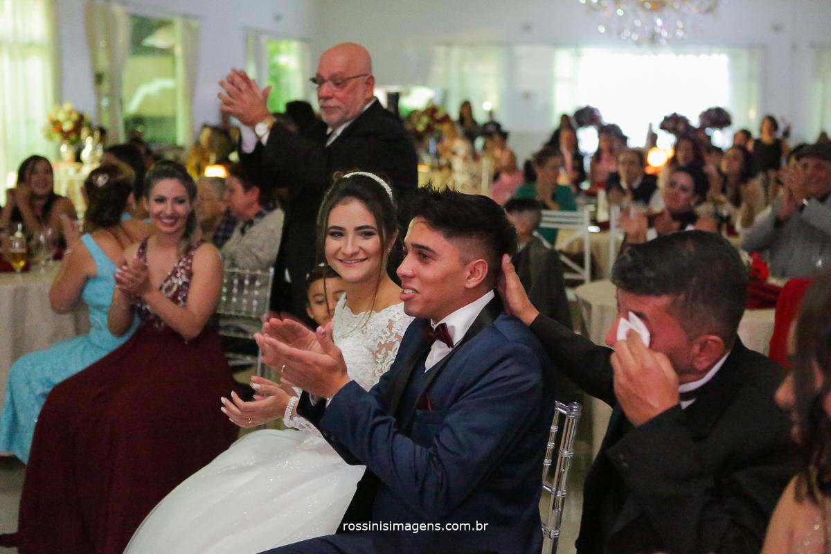família emocionada, na hora da retrospectiva, muito amor e muita emoção, rossinis imagens fotografia de casamento suzano, poá, mogi das cruzes
