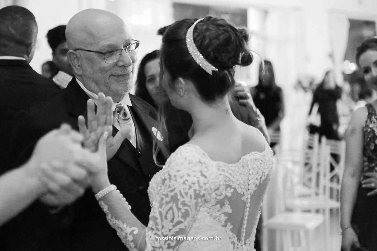 dança da noiva com o pai muito emocionado em continuação da valsa