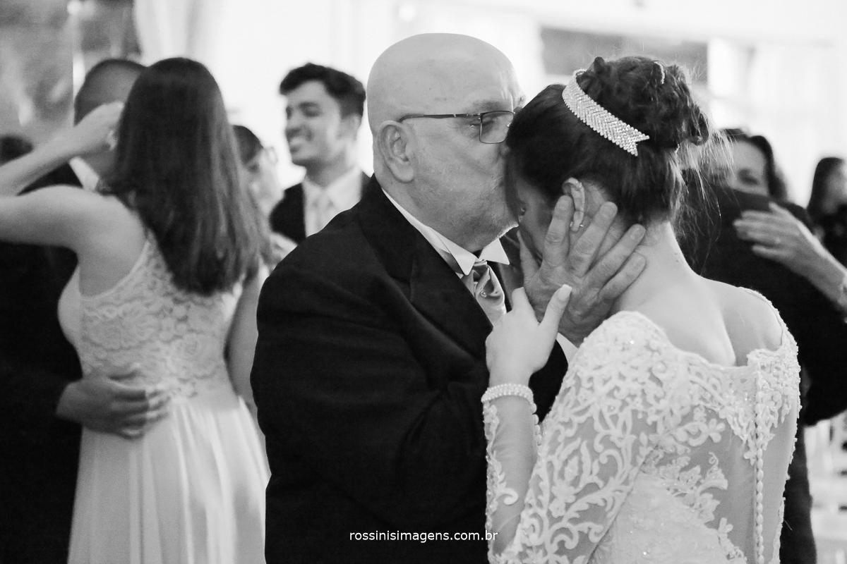 pai beijando a testa da noiva, muito emoção e alegria de ser avó, continuação da família