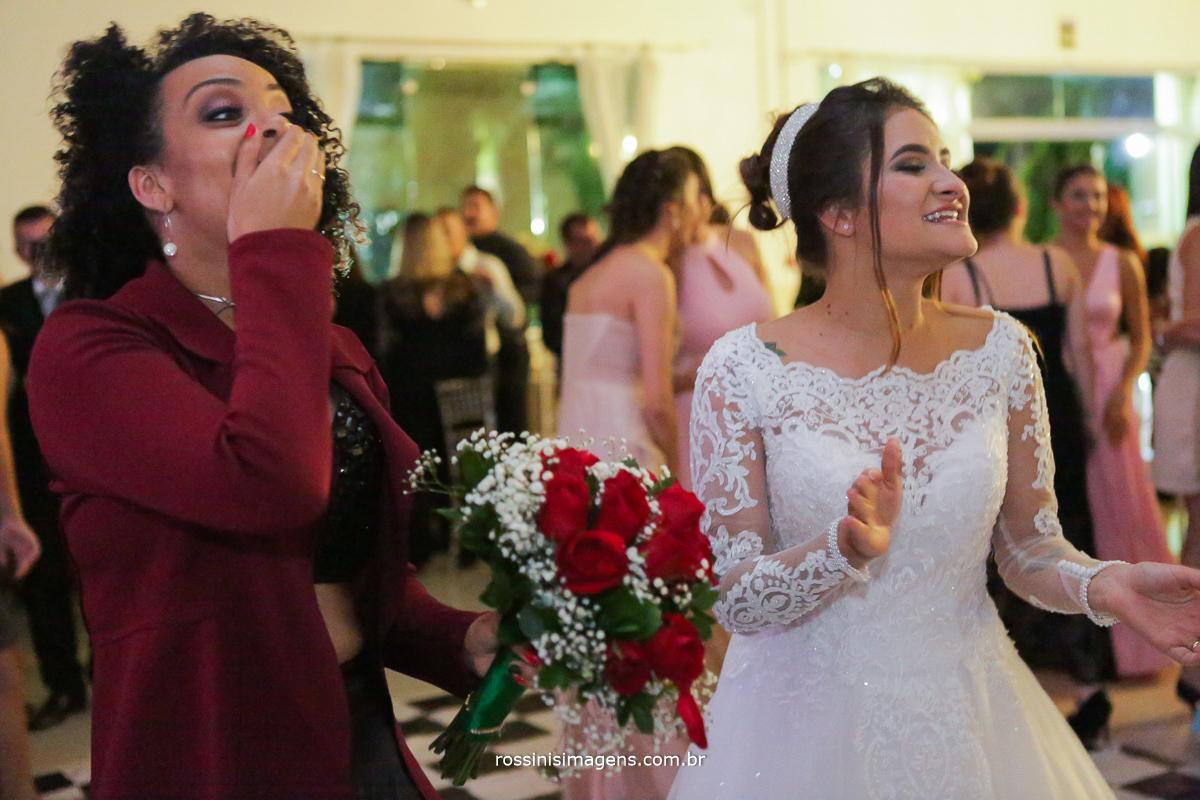 a sortuda que pegou o buquê da noiva no casamento da Vitoria e Murilo na chácara torres por rossinis imagens