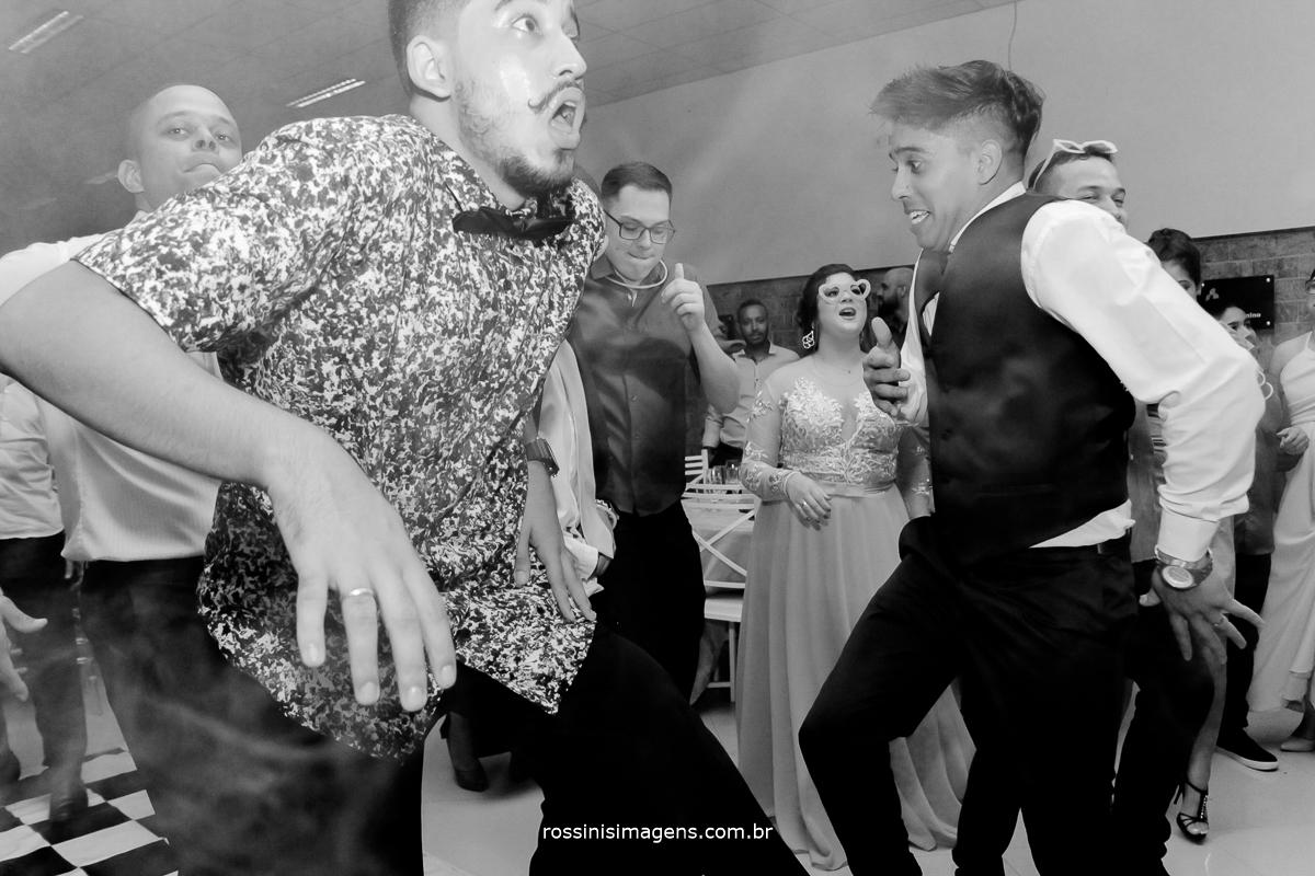 pista de dança agitada, noivos dançando , na balada
