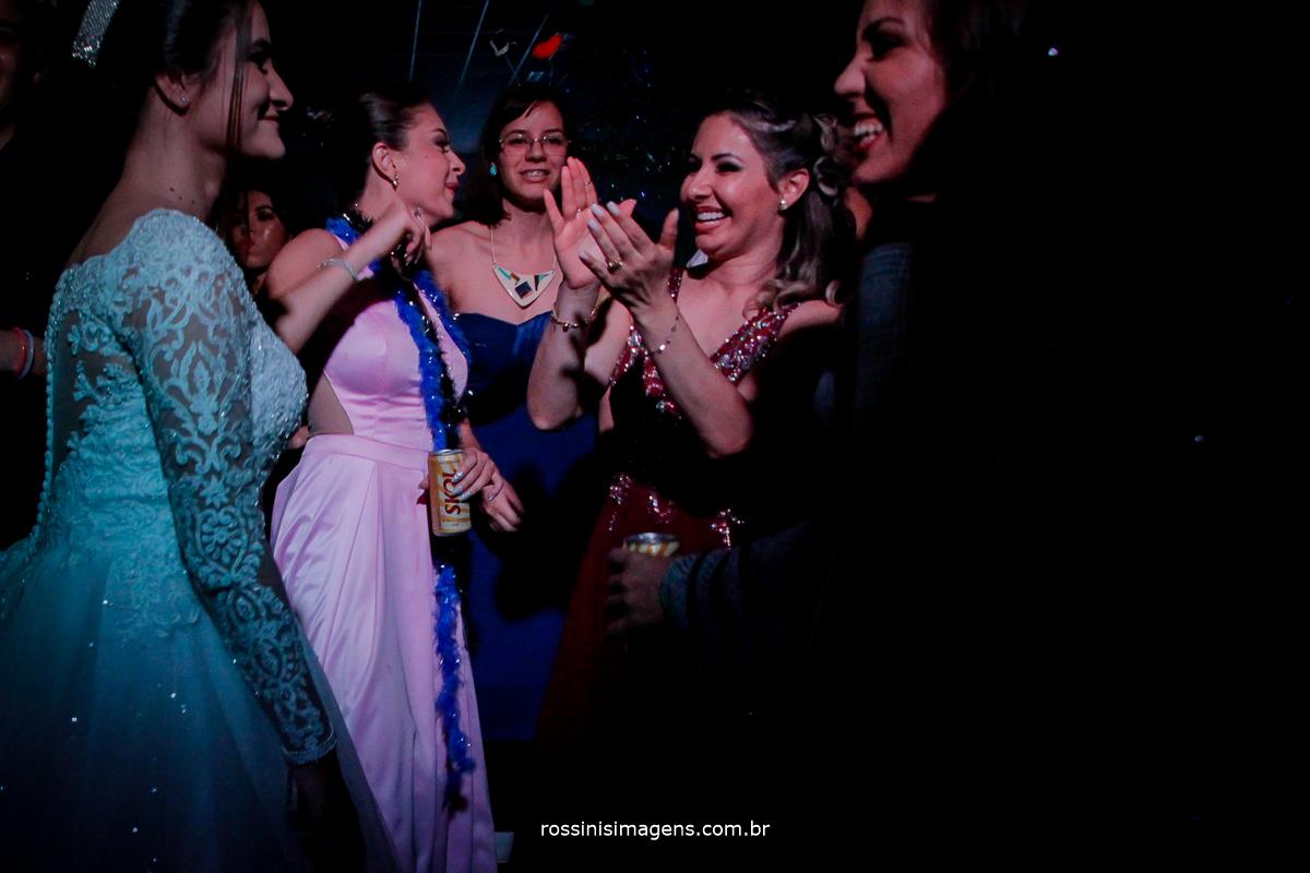 família animada na pista de dança no casamento da Vitoria e Murilo, wedding day