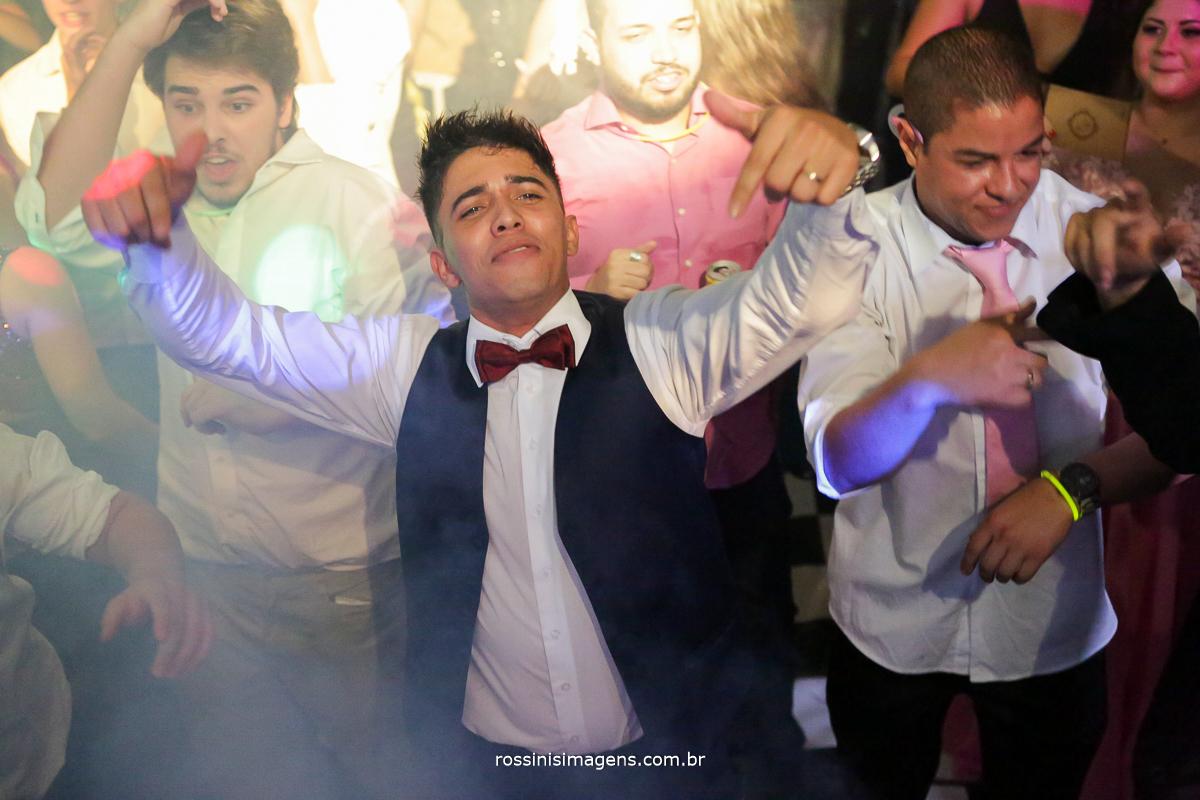 Noivo na balada, pista de dança festa animada, alegria, energia, vibe, dj, pista, rossinis imagens